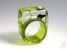 Bockiges Mähdel – Ungewöhnlicher Schafe-Ring mit einem schwarzen und drei weißen Miniatur-Schafen auf grünem Ring in Gießharz ///// © Isabell Kiefhaber www.geschmeideunterteck.de