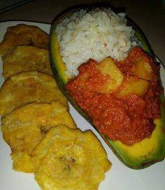 Mira que rico se ve este aguacate relleno de arroz con cornbeef acompañado de tostones...A Cuantos les gustaría? Puerto Rico