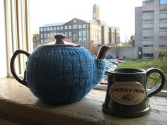 """This week's free tea cosy knitting pattern is the snug fitting """"Tea_Mitten"""" designed by Elisabeth Kleven from Canada. Elisabeth designed this teapot cosy so it wouldn't have… Tea Cosy Knitting Pattern, Mittens Pattern, Knitting Patterns Free, Free Knitting, Free Pattern, Finger Knitting, Scarf Patterns, Crochet Patterns, Knitted Tea Cosies"""