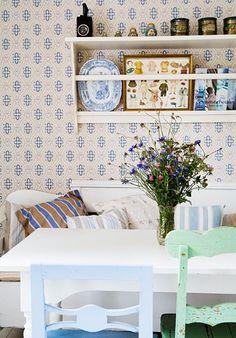 Svensk Landstil - Vintage Second Hand - Valby - Valby Swedish Cottage, Cozy Cottage, Dining Nook, Dining Chairs, Dining Bench, Kitchen Dining, Second Hand Chairs, Estilo Cottage, Summer House Interiors