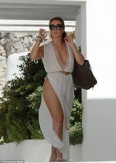 Vestido para impressionar: Layering up, Lauryn então vestiu um vestido de praia branca de comprimento de chão com um cinto de estilo grego dourado, uma divisão de coxa alta e um decote mergulhando