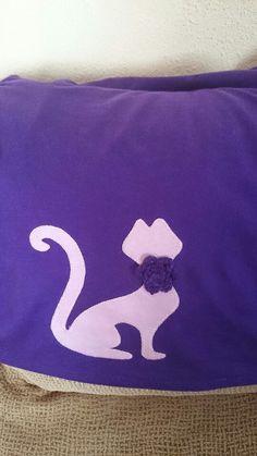 Camiseta con aplique y flor de croche.
