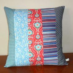 Housse de coussin bleue, rouge et turquoise