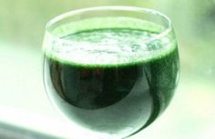 Spirulina is a variety of blue-green algae that is rich in antioxidants, protein, carotenoids, vitamins and minerals. Its properties protect the cells from damage. Spirulina is considered a super food due to its content in … Smoothie Legume, Veggie Smoothie Recipes, Vegetable Smoothies, Kale Recipes, Raw Vegan Recipes, Juice Smoothie, Healthy Smoothies, Healthy Drinks, Healthy Eating