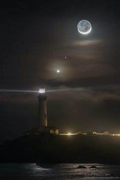 (Photo) Wonderful shot of Venus, Mars and the crescent Moon. Pigeon Point Lighthouse in California. Beautiful Moon, Beautiful World, Beautiful Places, Beautiful Pictures, Ciel Nocturne, Lighthouse Pictures, Shoot The Moon, Moon Pictures, Beacon Of Light