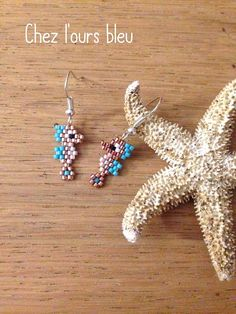 ✩ Check out this list of creative present ideas for coffee drinkers and lovers Seed Bead Jewelry, Bead Jewellery, Seed Bead Earrings, Gold Jewelry, Seed Bead Patterns, Beaded Jewelry Patterns, Beading Patterns, Pony Bead Animals, Beaded Animals