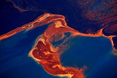 Seen from a helicopter oil swirls in the waters of the Gulf of Mexico Rick Loomis Los Angeles Times May 6 2010 Bp Oil, Oil Tanker, Japanese Wine, Water Pollution, Oil Spill, Watermelon Diet, Advantages Of Watermelon, Textiles, Kinds Of Salad