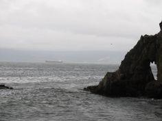 Podemos ver una estructura rocosa que se encuenta al lado del mar, esta posee una textura porosa