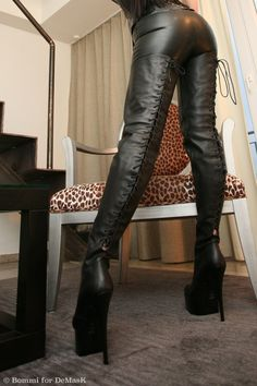 CROTCH HIGH REAR LACED PLATEAU BOOTS.