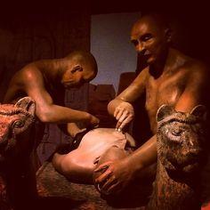 Embalsamamiento / La cavidad abdominal y torácica se lavaba, se limpiaba y acto seguido se rellenaba a base de aceites de cedro, resina, mirra y especias excepto incienso. / #exposicion #tutankamón...