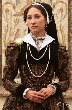 Mid-period Tudor - Modified French Hood - Partlet (Shrug) with contrast collar - Taper to wrist sleeves - Blackwork smock with ruffle collar Elizabethan Gown, Elizabethan Fashion, Tudor Fashion, Women's Fashion, Renaissance Mode, Renaissance Costume, Renaissance Fashion, Renaissance Dresses, Tudor Costumes