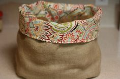 Uses heavy burlap, no iron on interface. Previous pinner: Not sure how to keep potatoes, onions and garlic handy and yet, tidy? Make a burlap produce basket. This post has a full tutorial so you can make one. Diy Burlap Bags, Burlap Coffee Bags, Hessian Bags, Burlap Crafts, Jute Bags, Coffee Bean Bags, Coffee Sacks, Produce Baskets, Produce Bags