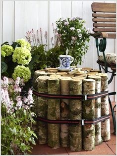 Easy DIY Garden Furniture: Small Log Table: All this takes is cutting an armful of logs to the same length. Secure tightly with two straps.