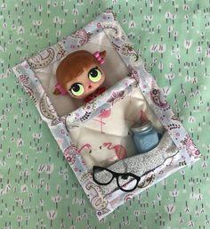 LOL Dolls sleeping bag with pocket for drink bottle, shoes or glasses. Doll House Crafts, Doll Crafts, Sewing Projects For Kids, Sewing For Kids, Pochette Diy, Doll Storage, Doll Beds, Lol Dolls, Diy Dollhouse