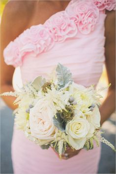 white and peach bouquet @weddingchicks