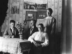 Bonde, kyrkvaktmästare och fjärdingsman Anders Olof Grundströms kammare, Ammarnäs. Från vänster: Rickard Larsson, Nils Elis Johansson, Selma...