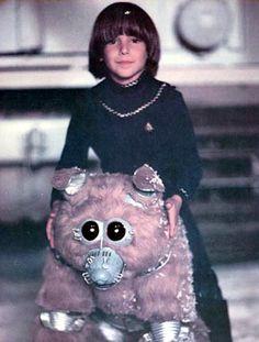 "Boxey (Noah Hathaway) & Muffit II (Evolution ""Evie the Chimp"") - Battlestar Galactica - 70s Tv Shows, Sci Fi Tv Shows, Battlestar Galactica Cast, Kampfstern Galactica, Comics Toons, Steampunk Costume, Sci Fi Movies, Cute Pokemon, Classic Tv"