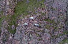 En la mitad de la pared de una montaña se ve ESTO. Ahora espera a que ver lo que son. Increíble! #viral