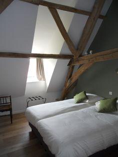 houten spanten op slaapkamer  Verbouwing hoeve tot 3 vakantiewoningen | BVBA Architecten LMS Vermeersch Farm Houses, Decoration, Attic, Beams, Master Bedroom, Sweet Home, Spaces, Interior, Projects