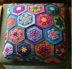 Ideas for crochet granny square pattern hexagon african flowers Crochet Cushion Cover, Crochet Pillow Pattern, Crochet Cushions, Granny Square Crochet Pattern, Crochet Afghans, Crochet Squares, Crochet Granny, Crochet Motif, Crochet Patterns