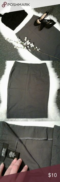 """Body by Victoria sz 4 Gray Pencil Skirt Excellent condition  94% cotton-6% spandex Back zip up & clip closure Bottom back slit  Waist:14.5"""" (laying flat ) Length: 23.5"""" (top to bottom) Perfect Everyday Business Casual Skirt Victoria's Secret Skirts Pencil"""