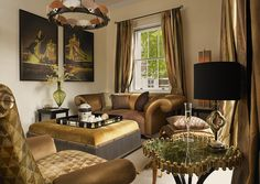 Cosy and luxurious living space in Westminster by MARI IANIQ featuring some of the most iconic designs. #London #Westminster #luxuryliving #gold #spectrum #vancleef #clover #bespoke #handmade #luxury #glamour #tablelamp #sofa #chandelier