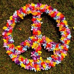 peace sign covered in plastic flowers. Perfect for bid day! Hippie Birthday Party, Hippie Party, 60th Birthday Party, Fiesta Flower Power, Flower Power Party, Hippie Love, Hippie Man, 70s Hippie, Decade Party