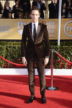 SAG AWARDS Eddie Redmayne in a brown crushed velvet suit by BOSS Black, it shouldn't work on paper but he is so handsome.