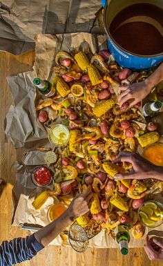 Entertain guests with a shrimp boil. What could be easier? Diner Recipes, Creole Recipes, Chef Recipes, Cooking Recipes, Recipies, Seafood Platter, Seafood Dishes, Fish And Seafood, Shrimp Boil Party