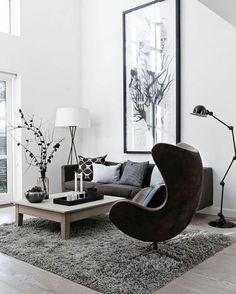 salon-minimaliste-tapis-gris-chaise-noire-et-table-basse-en-bois-tapis-moelleux-gris