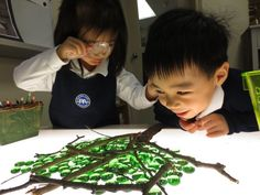 Twigs & glass nuggets on the light table - lovely transient art provocation Play Based Learning, Learning Through Play, Early Learning, Sensory Activities, Infant Activities, Daily Activities, Outside Lighting Ideas, Sensory Lights, Reggio Emilia Approach