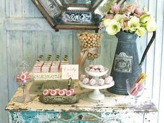 mesa decoración shabby chic con dulces y flores