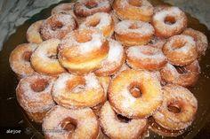 Graffe (Gogosi) Romanian Food, Pavlova, Croissant, Doughnut, Deserts, Food And Drink, Peach, Candy, Sweet