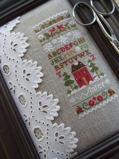 love the finish on this piece- excellent idea for a frame that's too large- maybe add red trim on top and bottom and maybe under the lace.APROVEITAR A IDEIA PARA AGENDAS