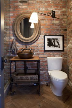 Unique Bathroom Design Ideas with Brick Walls that Will Give Natural Impression Brick Bathroom, Bathroom Accent Wall, Bathroom Accents, Small Bathroom, Natural Bathroom, Bathroom Storage, Bad Inspiration, Bathroom Inspiration, Rustic Bathrooms