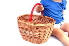 Dětský košík s barevnou rukojetí.