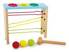 Das macht aber Spaß! Erst werden die Bälle in Grün, Gelb und Rot oben mit dem Hammer durch die Ringe geklopft, dann rollen sie diagonal auf Metallschienen die Bahn herunter. Da gibt man sich ungeduldig den Hammer in die Hand und beobachtet fasziniert, wie die Bälle die Kugelbahn runtersausen.  ca. 28 x 8 x 26 cm