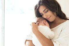 Babys und Kleinkinder bekommen viel häufiger Fieber als Erwachsene. Fieber selbst ist aber keine Krankheit, sondern lediglich die Reaktion des Körpers auf Krankheitserreger. Ab wann gilt die Körpertemperatur als besorgniserregend und was ist im Ernstfall zu tun? Hier die wichtigsten Infos. #fieber #kinder #babies #temperature #ratgeber #baby #vitalwerte #eltern #gesundheit Persian Baby Names, Fertility Spells, After Giving Birth, Holding Baby, It Takes Two, Newborn Care, Baby Newborn, Baby Girl Names, First Time Moms