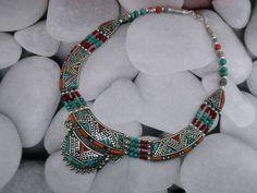 Collar artesanal tibetano elaborado con gemas de Turquesa y Coral.  Mide 50 cm. de largo.  Precio: 90 Euros