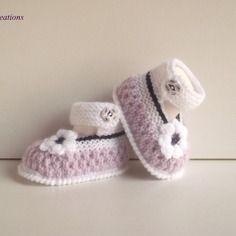 """Chaussons, chaussures, babies de bébé en  laine, tricotés ,bouton fimo assorti, """"blanc,parme,violine """""""" 0/3 mois."""