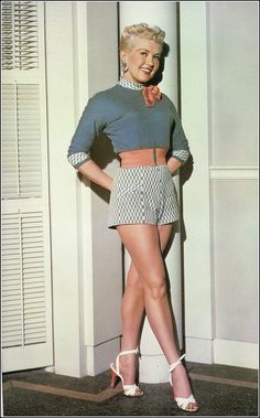 The REAL Pin Up Girl: Betty Grable looking fabulously cute in a shorts and high heels summer look. Old Hollywood Glamour, Golden Age Of Hollywood, Vintage Hollywood, Classic Hollywood, Hollywood Stars, Fashion Mode, 1940s Fashion, Vintage Fashion, Modest Fashion