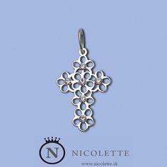 Veľmi zaujímavo riešený strieborný šperk v tvare kríža. Obsahuje 6 trblietavých kamienkov, ktoré ešte zvýrazňujú jeho príťažlivosť.  Je to vhodný darček pre akéhokoľvek kresťana, ktorý nechce obyčajný klasický krížik. www.nicolette.sk