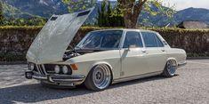 Er lag zwar auf dem Schrottplatz herum, doch zum alten Eisen gehörte dieser BMW 2800 (E3) noch lange nicht. Jetzt zischt er mit 400 PS und Airride allen davon!