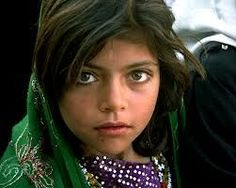 so much to be read from a face, this one of a girl from Afghanistan Beautiful Eyes, Beautiful People, Amazing Eyes, Beautiful Pictures, 8 Year Old Girl, Blog Fotografia, Afghan Girl, Steve Mccurry, Portraits