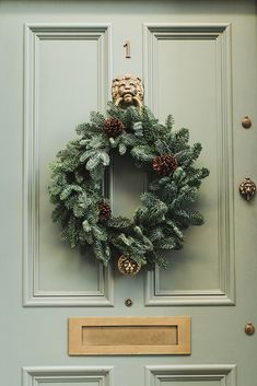 handsome door ornamentation, gorgeous blue spruce wreath ties in door color- simple, clean, understated London Christmas, Christmas Mood, Diy Christmas Tree, Christmas Wreaths, Merry Christmas, Christmas Decorations, Holiday Decor, Winter Wreaths, Weihnachten In London