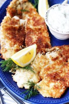 Ready in just 15 minutes, this Panko Fried Flounder with homemade Tartar Sauce is the perfect weeknight dinner. Cook to impress with this simple recipe that only requires a handful of ingredients. Homemade Tartar Sauce, Sauce Recipes, Fish Recipes, Pan Fried Flounder, Flounder Recipes, 15 Minute Meals, Seafood Dinner, Pie