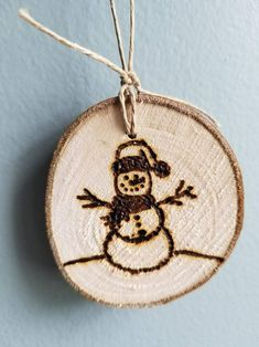 Wood Slice Crafts, Wood Burning Crafts, Wood Burning Art, Wooden Christmas Crafts, Christmas Ornament Crafts, Wood Ornaments, Wood Burn Designs, Wood Burning Techniques, Dad Crafts
