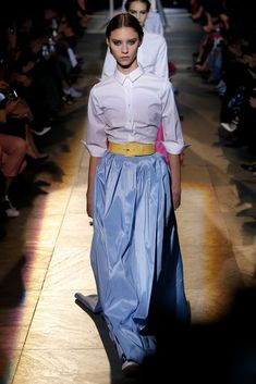 The complete Carolina Herrera Fall 2018 Ready-to-Wear fashion show now on Vogue Runway. Autumn Fashion 2018, Fashion Week, New York Fashion, Runway Fashion, Fashion Outfits, Women's Fashion, Carolina Herrera, Vogue, White Shirt Outfits