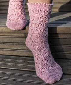 Koti männikössä: Esther-sukat Knitting Stitches, Knitting Patterns Free, Knitting Socks, Hand Knitting, Knit Socks, Lace Socks, Crochet Slippers, Knit Or Crochet, Cozy Socks
