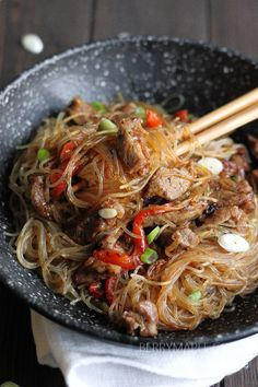 Clear noodles pork stir fry recipe, asian flavors and delicate slices Clear Noodles, Stir Fry Glass Noodles, Fried Rice Noodles, Pork Noodles, Asian Noodles, Chinese Glass Noodles Recipe, Glass Noodle Salad, Asian Stir Fry, Pork Stir Fry